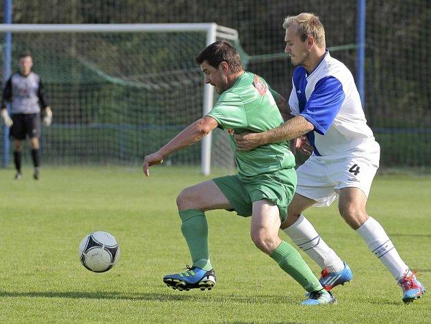 Jedním z nejaktivnějších havlíčkobrodských fotbalistů sobotního šlágru krajského přeboru byl Radek Sláma. Faulem se ho snaží zastavit Tomáš Kopic.