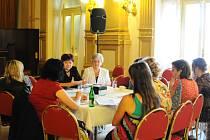 Beseda. U kulatého stolu ženy diskutovaly o všem možném, ale nebyla to mnohdy veselá témata.