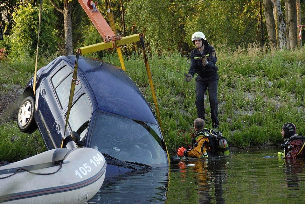 Přijel, zaparkoval auto a šel chytat ryby. Jaké překvapení však pro rybáře bylo, když se jeho auto najednou ocitlo ve vodě . Přivolaným hasičům se vůz i s pomocí těžké techniky podařilo vytáhnout na břeh až kolem osmé hodiny večer.