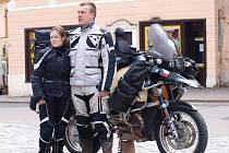 Kateřina Kadlusová z Ledče nad Sázavou a její partner Fanda Nykl vyrazili na své motorce BMW R1150GS (přezdívané brambora) na cestu kolem světa. V sedle motorky strávili 560 dní.