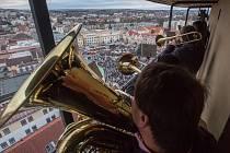 Tradiční štědrodenní troubení z věže kostela Nanebevzetí Panny Marie v Havlíčkově Brodě.