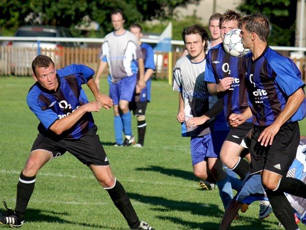Pět zápasů čekali herálečtí fotbalisté (v tmavém) na tři body. V sobotu zdolali doma Pelhřimov B 1:0.