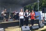 Na fotografii je zakladatel, kapelník a zpěvák v jednom Milan Slanina. Společně s ním zpívá jeho manželka Vlasta Slaninová a dcera Dana Broštová. Sklenařinka byla založena v roce 2004 a hraje především klasickou českou dechovou hudbu.