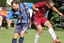 Fotbalisté Vežnice (vlevo) si připsali druhou výhru v letošní sezoně a obě paradoxně na venkovních hřištích. Nyní jasně přehráli Pacov.