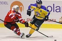 Hokejisté Ústí nad Labem (vpravo) po dvou dnech na Vysočině znovu neuspěli. V pondělí prohráli jasně v Třebíči (snímek je z tohoto zápasu), včera se vraceli bez jediného bodu také z Havlíčkova Brodu.