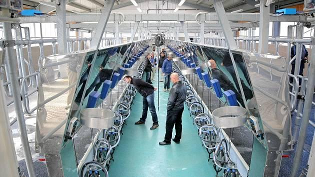 Na zahájení provozu mléčné farmy si i ministr financí Andrej Babiš připil, jak jinak, než kravským mlékem.