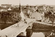 Historie havlíčkobrodských mostů přes řeku Sázavu je hodně košatá. V místech u dnešního kostela sv. Kateřiny (vpravo) jich během  uplynulých staletí stávalo hned několik a některé z nich nepřežily ničivé povodně.