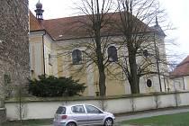 """Církevní památka v Přibyslavi už léta bojuje s vlhkostí.  Pomoci by jí nyní mohla unikátní """"odsolovací"""" metoda, kterou schvalují i památkáři."""