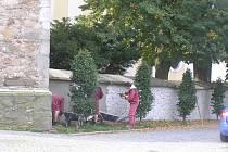 Oprava hřbitovní zdi.
