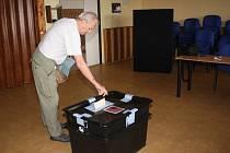 V prvních hodinách přicházeli lidé do volebních místností spíš jen sporadicky.