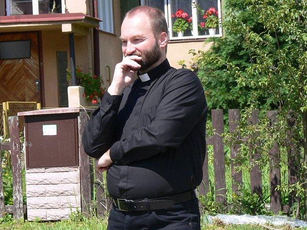 Erik Tvrdoň působil jako farní vikář brodského římskokatolického děkanství a sloužil také například v nedalekém Pohledu.