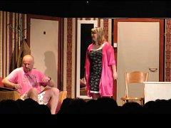 Divadelní spolek Lucerna ve hře Jo, není to jednoduché.
