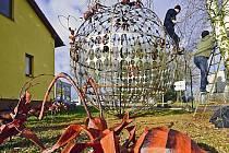 Areál firmy HBH odpady v Havlíčkově Brodě zdobí plastika zeměkoule s mravenci. Ty dozdobily děti z mateřských základních škol na Havlíčkobrodsku.