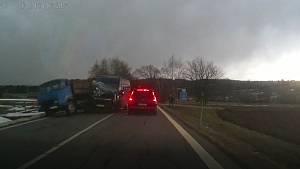 Nehoda tří automobilů.