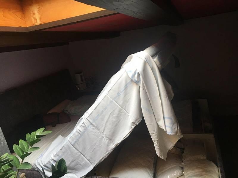 Ze zničeného bytu v Reynkově ulici se rodina Ivany Guhlové musí vystěhovat.