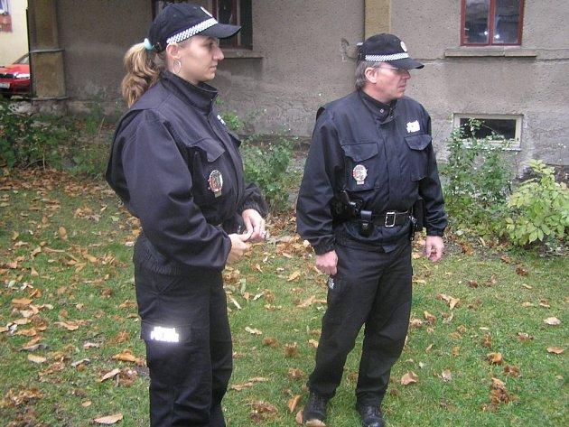 Chotěbořská městská policie má ve svých řadách dokonce dvě strážnice. Podle ředitele chotěbořských strážníků Jiřího Novotného tím dostala přívětivější tvář. Na snímku je v popředí Petra Šotkovská.