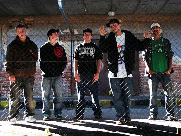 Havlíčkobrodskou kapelu Memento Mori tvoří Eny, Dyze, Marcuss, Dussa a DJ Jonny.