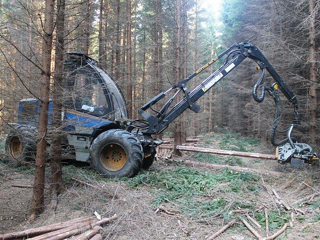 Harvestor Rottne H-8. Tento moderní stroj si nedávno, a to díky dotaci z EU, Lesní družstvo ve Štokách pořídilo. Úzký podvozek s paralelní hydraulickou rukou vyžaduje jen velmi málo manévrovacího prostoru, a proto je tento stroj šetrný k lesnímu porostu.
