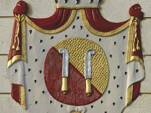 V Přibyslavi lze najít až čtyři páry ditrichštejnských vinařských nožů - v kostele, nad vchody do fary a Starého špitálu a na průčelí zámku. Tento erb restaurovali Jaroslav Máša z Havlíčkova Brodu a Petr Máša z Přibyslavi.