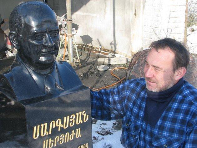 Na bystě muže pracoval sochař Petr Šebesta půl roku.