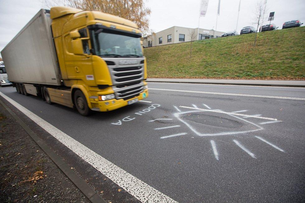 """Na silnici I/38 v Havlíčkově Brodě se objevil nápis """"coonda""""."""