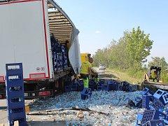 Na obchvatu obce Frýdnava mezi Golčovým Jeníkovem a Habry na Havlíčkobrodsku, se ve čtvrtek kolem půl desáté dopoledne převrátil na bok kamion s nákladem limonád.