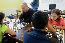 Šachisté v Chotěboři hrají teď hlavně na počítači.