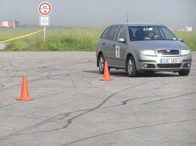Automobilovou orientační soutěž zahájila jízda zručnosti.