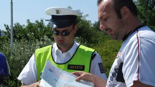 Pokutu platil s úsměvem. Imrich Szabo z Komárna byl včera jeden ze dvou řidičů, kteří při kontrole na dálnici D1 zaplatili pokutu.
