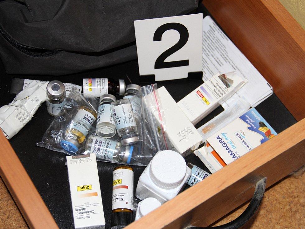 Při prohlídkách domácností členů gangu našli policisté stovky injekčních dávek a desítky tisíc tablet.