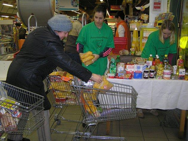 Štědrost dárců organizátory potravinové sbírky mile potěšila.