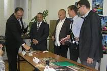 Knihu mapující dlouhou historii havlíčkobrodské společnosti Pleas pokřtili na veletrhu její autoři a finanční ředitel brodského Pleasu Petr Nobst (zcela vlevo).