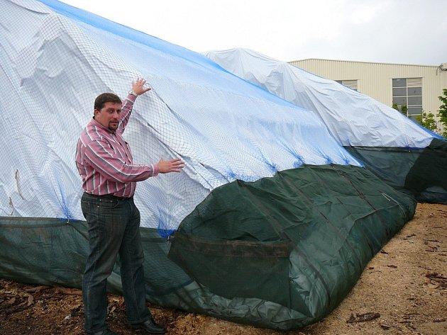 Martin Mašek ukazuje, že skládku zespodu chrání síť proti hlodavcům, zvrchu proti povětrnostním podmínkám.