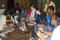 Studentka Jitka Svobodová (v modré bundě s vlajkou) se v rámci projektu Edie podívala do Jihoafrické republiky, kde se zúčastnila výuky bubnování ve zdejší komunitě. Tento nástroj zde umí ovládat všichni.