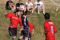 Zatímco utkání v Dlouhé Vsi fotbalisté Věžnice (v červených dresech) s přehledem zvládli, doma se jim už příliš nedařilo. Prohráli s Přibyslaví 2:3.