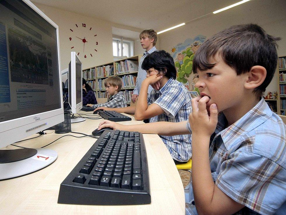 Dětské oddělení. V knihovně je kromě knih k dispozici i technika s hrami a připojením na internet.