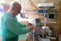 Speciální ventilátor předal dětskému oddělení nemocnice v Havlíčkově Brodě starosta Jan Tecl.