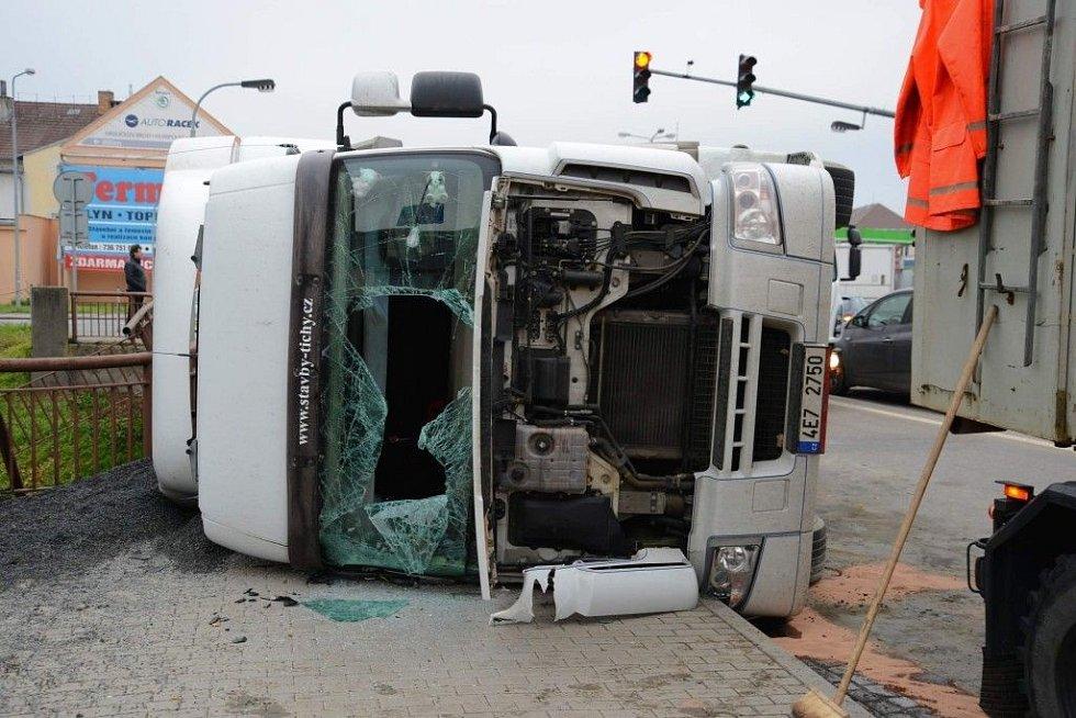 Převrácený kamion v Havlíčkově Brodě.