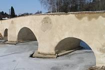 Na sklonku zimy se na ronovském mostě objevily vlhké mapy a omítka začala opadávat.