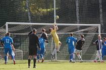 Kanára nadělili fotbalisté Ledče (v černém) na hřišti Habrů. Střelecké kopačky si obul Bláha, který za šest minut nastřílel hattrick.