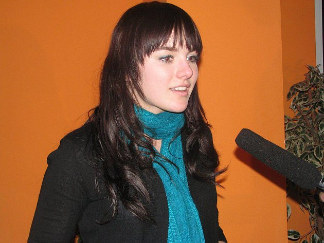 Ewa Farna, která zpívá stejně dobře česky i polsky,  má na svém kontě mnoho úspěchů, avšak stále je to obyčejná a sympatická holka, která ví, co od života chce.