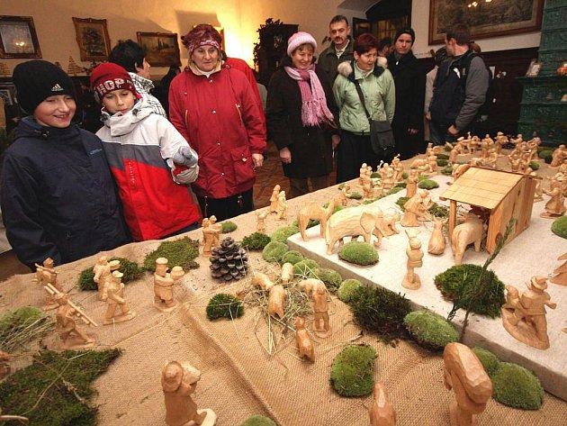Ročně do Chotěbořského betlému z dláta Vladimíra Melzera přibude několik postav, k jeslím jich kráčí už přes sto.