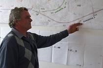 Starosta Věže Miloslav Miksa vysvětluje, jak vypadaly čtyři navrhované trasy budoucího obchvatu.  Vyhrála varianta jižní, počítající se třemi mosty. Kdy se ale začne stavět, není jisté.