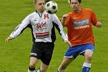 Oporou zálohy fotbalistů brodského Slovanu je technický Petr Slanař( v bílém), na snímku obchází obránce soupeře.