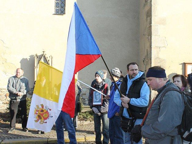 Poutníci. Po krátké modlitbě v parku Josefa Toufara v Ledči nad Sázavou se věřící vydali na zhruba sedmikilometrový pochod do Číhoště.