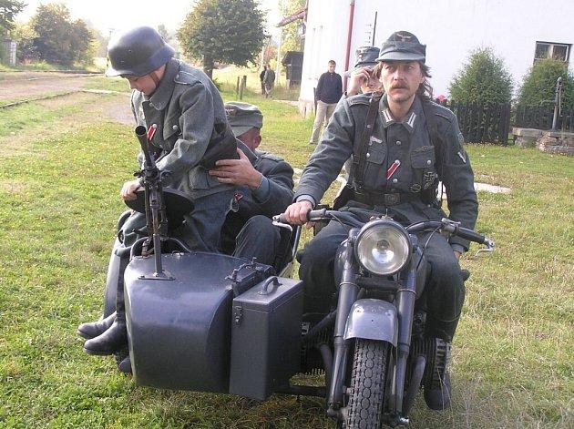 Boje o vlak s municí se zúčastnilo víc než padesát obdivovatelů historické vojenské techniky.