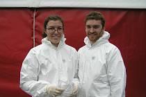 Sára a Dominic jsou spolu celý den, jako dobrovolníci v covidovém stanu.