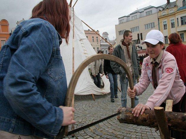 Až nebude na plyn. Svoje dovednosti předváděli na havlíčkobrodském náměstí i místní skauti. Někteří odvážlivci drželi poleno a zubatou pilu v ruce vůbec poprvé v životě.
