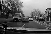 V Letňanech projel osmdesátkou křižovatkou na červenou, o pár set metrů dál se ve stokilometrové rychlosti vtěsnal mezi dodávku a předjížděné osobní auto.