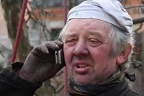 Pořád na telefonu. Kominík Jaroslav Voda má nejvíc práce přes zimu.